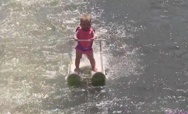 Bebê de seis meses praticou esqui aquático (Foto: Reprodução/Youtube/World Barefoot Center)