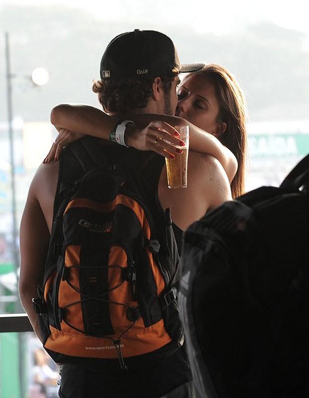 Caio Castro ao beijos com garota (Foto: Ag News)
