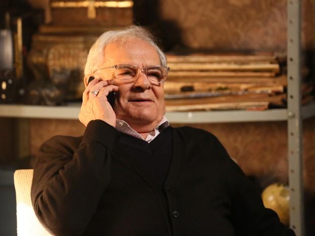 Silviano conversa com Marta ao telefone (Foto: Isabella Pinheiro/ Gshow)