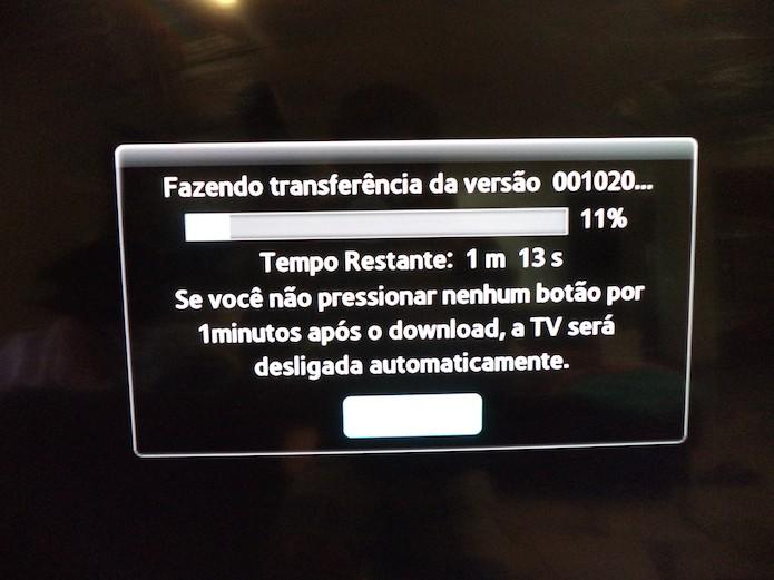 Processo de atualização da smart TV (Foto: Reprodução/Marvin Costa)