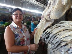 Maria José Lins, 51, mostrando o peixe bacalhau (Foto: Suely Melo/ G1)