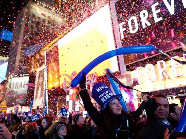 Cerca de 1 milhão de pessoas se aglomeravam na Times Square, em Nova Iorque, para celebrar a chegada de 2012 (Foto: John Minchillo/AP Photo)