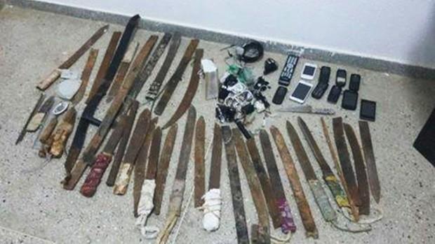 Vários celulares e facas artesanais foram encontrados durante a revista feita no pavilhão 3 de Alcaçuz (Foto: Divulgação/GOE)