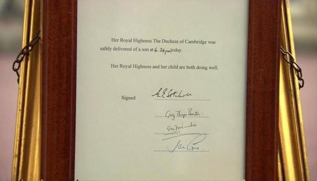 Cavelete na porta do Palácio de Buckingham (Foto: Twitter / Reprodução)