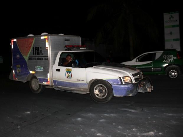 Corpo do operário foi removido pelo Instituto Médico Legal (Foto: Marcos Dantas/G1 AM)