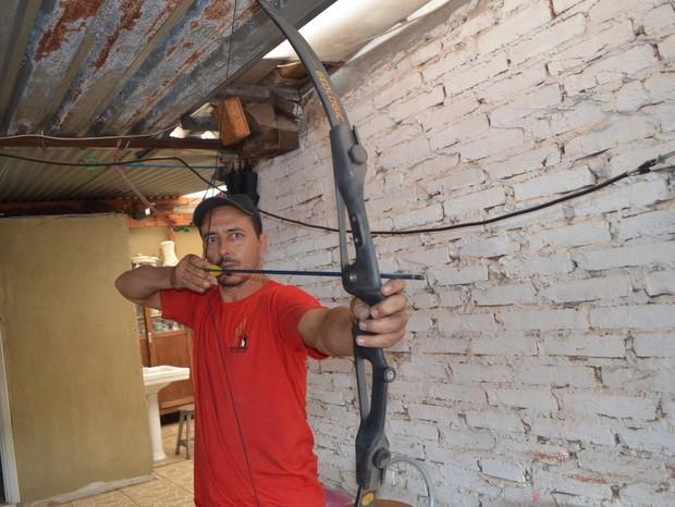 Arco e flecha é o amuleto do técnico em manutenção pra fim do mundo em Piracicaba (Foto: Fernanda Zanetti/G1)