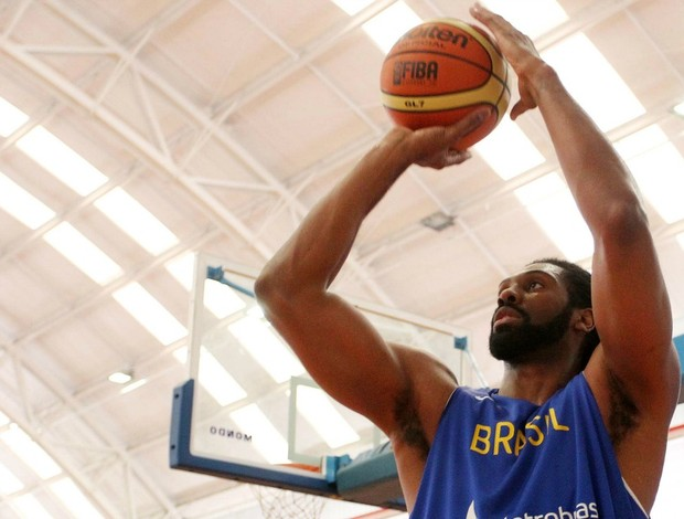 Nen&#234; no treino da sele&#231;&#227;o brasileira de basquete em S&#227;o Paulo (Foto: Gaspar N&#243;brega / Inovafoto)