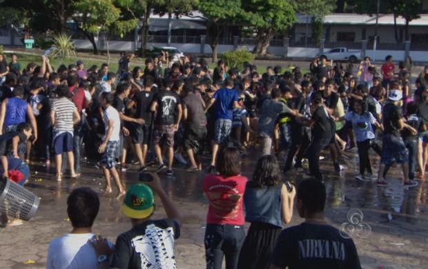 Juventude de Macapá na guerra de balões d'água (Foto: Reprodução/TV Amapá)