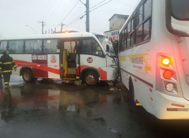 Colisão entre lotações deixa passageiros feridos em São Vicente (Foto: G1)
