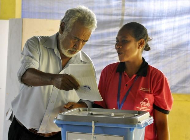 O líder do Congresso Nacional de Reconstrução de Timor, Xanana Gusmão, vota em eleições legislativas no Timor, no sábado (7)  (Foto: Valentino Dariel Sousa / AFP)