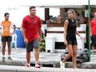 Ronaldo caminha no calçadão do Leblon com a namorada