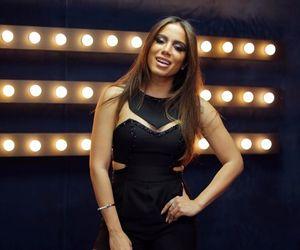 Anitta aposta em macaquinho preto e olhos marcados para dia de mistura no Música Boa