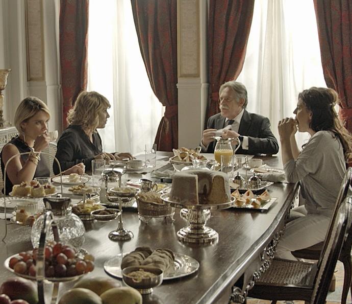 A discussão começa enquanto Belisa, Nora, Gibson e Nelita tomam café da manhã (Foto: TV Globo)
