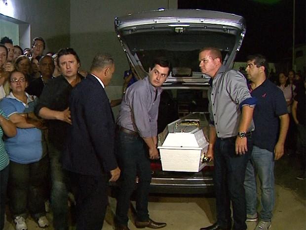 Corpo de Gessyca, filha do cantor Giovani, é velado em Franca (SP) desde às 22h30 de terça-feira (15) (Foto: Márcio Meireles/EPTV)