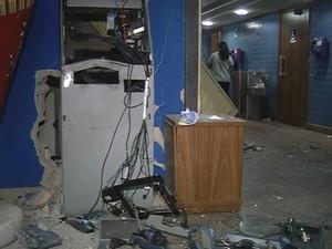Caixa ficou completamente destruído em Fernandópolis (Foto: Reprodução/TV TEM)
