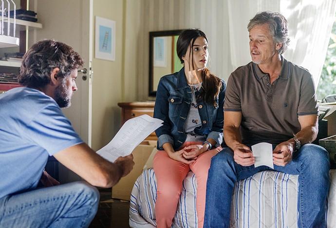 Giovanna Lancellotti e Marcello Novaes são dirigidos por Leonardo Nogueira durente cena de pai e filha (Foto: Artur Meninea / TV Globo)