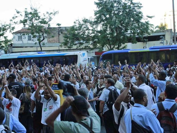 Rodoviários em greve decidem por uma paralisão de 48 horas da categoria, no Rio de Janeiro, nesta segunda-feira (12 (Foto: José Lucena/Futura Press)
