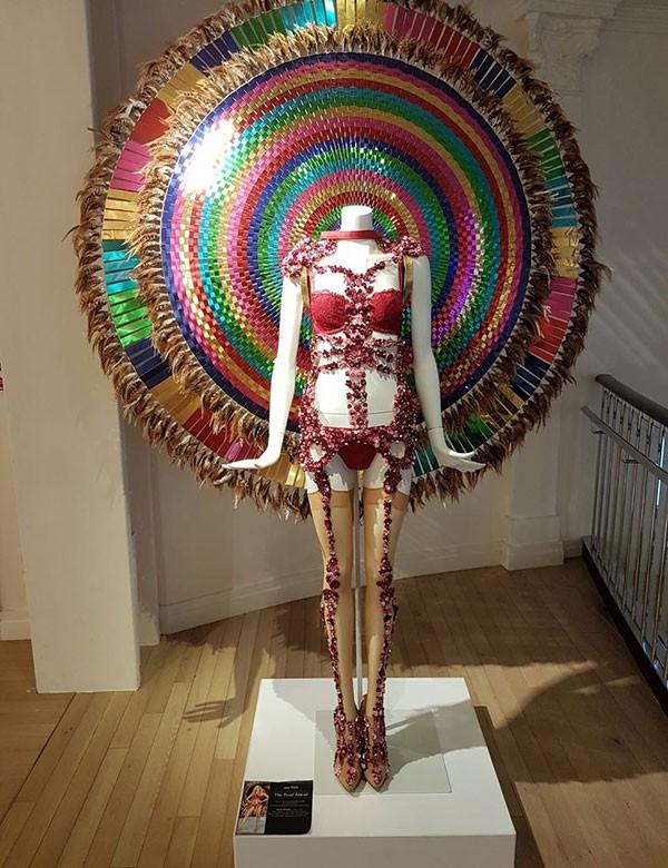 As enormes asas de Devon Windsor para o desfile de 2016 (Foto: Paula Mello)