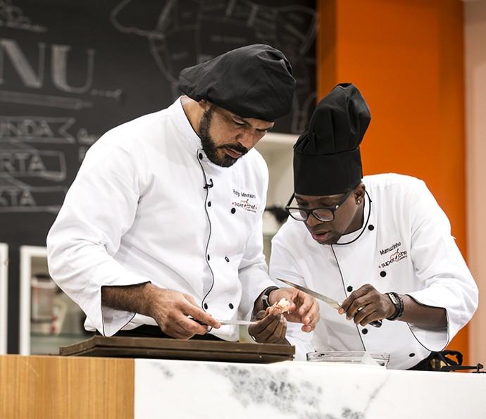 Mumuzinho e Minotauro se ajudam em prova do 'Super Chef' (Foto: Ellen Soares/Gshow)