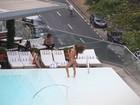 Izabel Goulart mostra corpão em dia de piscina com amiga