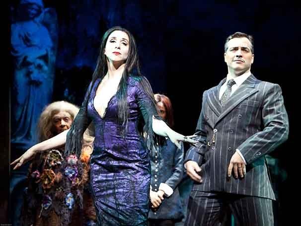 Marisa Orth e Daniel Boaventura em cena de 'A Família Addams' (Foto: João Caldas)
