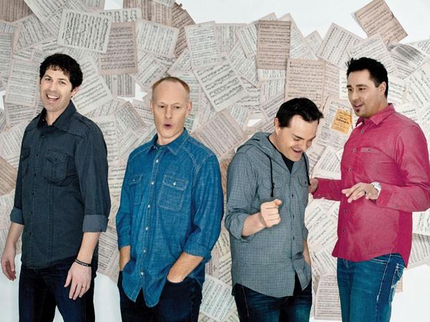 Jon Schmidt (o segundo, a partir da esquerda) ao lado dos outros integrantes do The Piano Guys (Foto: Divulgação)