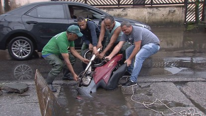 Moto cai dentro de buraco e veículo tem que ser 'pescado' em Santos, SP