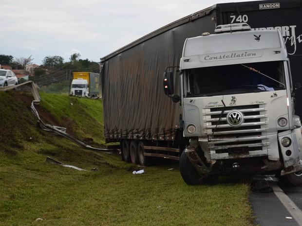 Caminhoneiro perdeu o controle da carreta e colidiu em defensa metálica (Foto: Fábio de Souza/ EPTV)