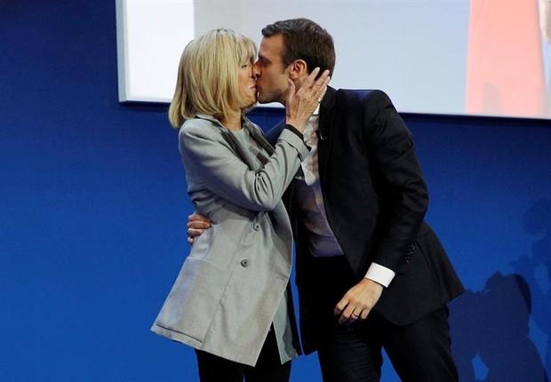 Macron beija  Brigitte Trogneux após vitória no primeiro-turno das eleições para presidência da França (Foto: EFE/EPA/YOAN VALAT)