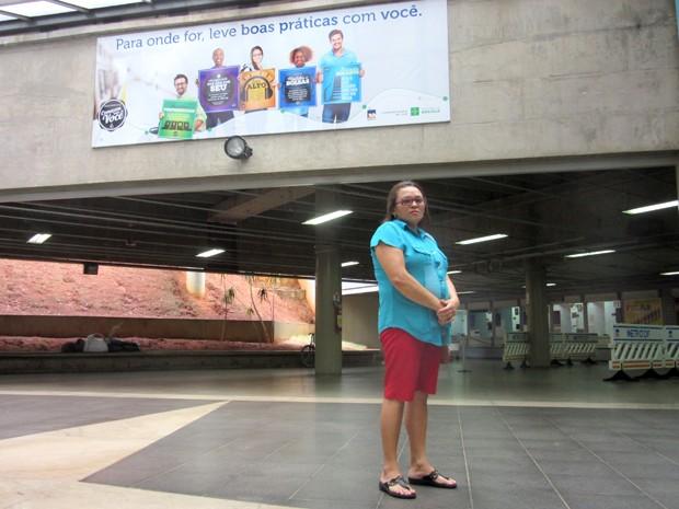 A dona de casa Juciana Pinheiro perdeu um jaleco no metrô da Rodoviária do Plano Piloto (Foto: Alexandre Bastos/G1)