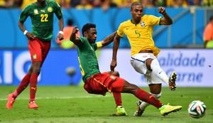 Fernandinho chuta para o gol! Brasil 4 a 0 (Foto: Buda Mendes/Getty Images)