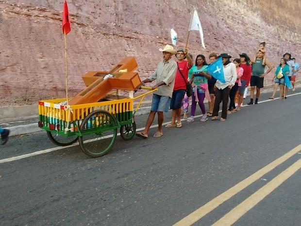 Grupo saiu de Teresina com destino a Santa Cruz dos Milagres (Foto: Catarina Costa/G1)