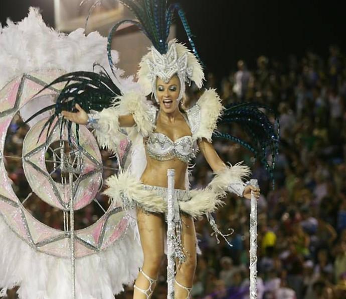 Angélica como destaque em carr alegórico no Carnaval (Foto: Arquivo Pessoal)