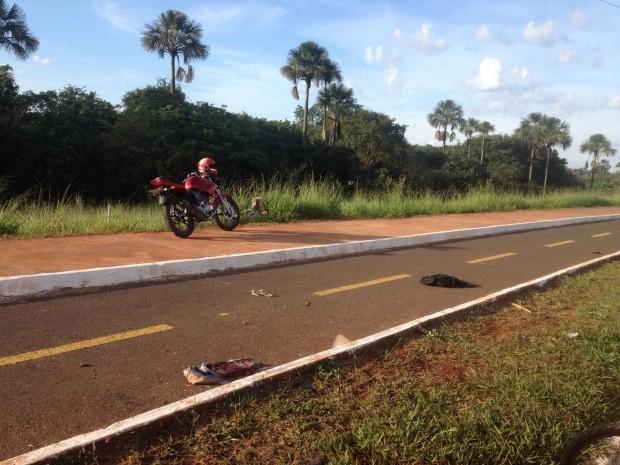 Motociclista caiu na pista e bateu em poste (Foto: Maria Caroline Palieraqui/G1 MS)