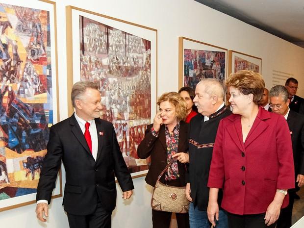 A presidente Dilma Rousseff visita, em São Paulo, exposição de Cândido Portinari, acompanhada do ex-presidente Luiz Inácio Lula da Silva, da ex-primeira-dama Marisa e do filho de Portinari, João Candido. (Foto: Roberto Stuckert Filho/PR)