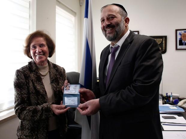 Beate Klarsfeld recebe do ministro do Interior de Israel, Arye Deri, sua identidade e passaporte israelenses em cerimônia em Jerusalém, na segunda (15) (Foto: AFP Photo/Thomas Coex)