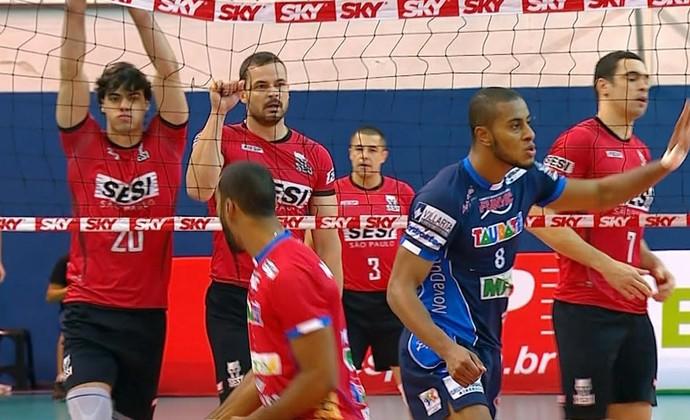 Riad rasga a rede no jogo entre Sesi e Taubaté (Foto: Reprodução/SporTV)