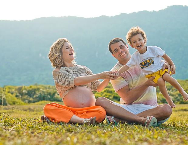 Bárbara, ainda grávida, com o marido, Pedro Delfino, e o filho mais velho (Foto: Mi Lisboa)