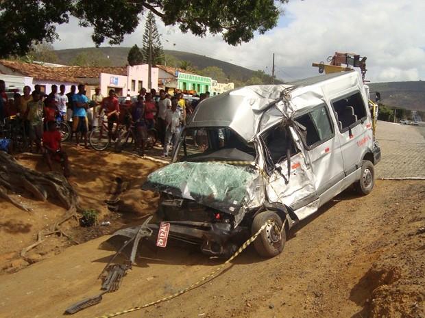 Acidente com micro-ônibus deixa seis feridos e um morto na Bahia (Foto: Reprodução/TV Bahia)