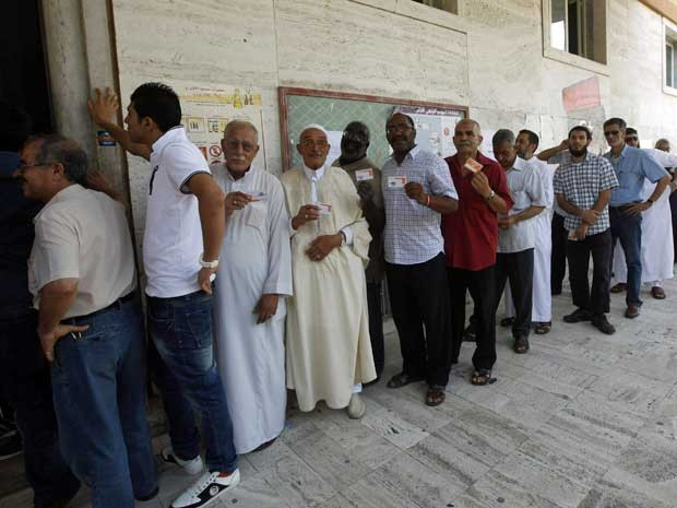 Filas nos colégios eleitorais na Líbia, que abriram suas portas às 8h deste sábado (7) - 3h de Brasília - para as primeiras eleições legislativas desde 1964. (Foto: Ismail Zitouny / Reuters)