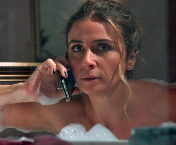 Atena recebe ligação surpresa enquanto está na banheira (Foto: TV Globo)