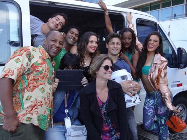 Elenco e equipe posam na van utilizada em cena (Foto: Avenida Brasil/TV Globo)