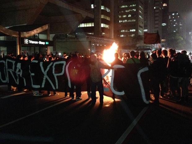 Manifestantes colocam fogo em maquete na Avenida Paulista (Foto: Marcelo Mora/G1)