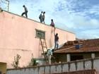 Após chuva de granizo, 43 moradores caem de telhados ao fazer consertos