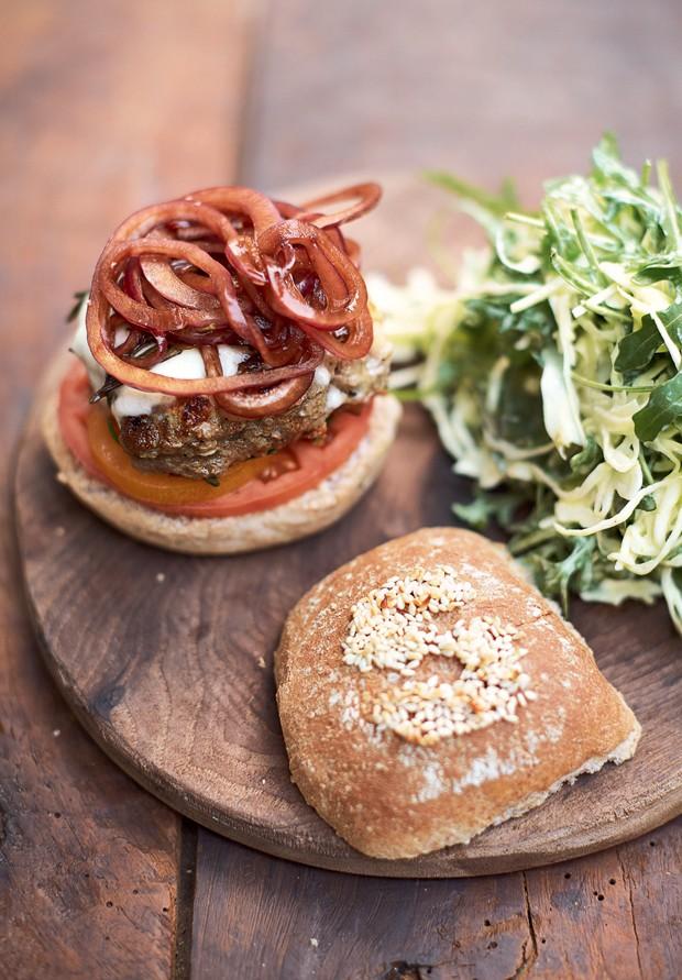 Super-hambúrgueres italianos com cebola no balsâmico, muçarela e salada (Foto: Jamie Oliver/ Divulgação)