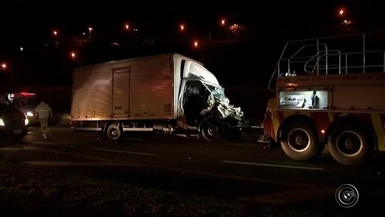 Colisão entre caminhões interdita rodovia Anhanguera em Jundiaí