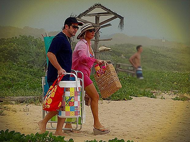 Monalisa e Tufão vão à praia juntinhos (Foto: Avenida Brasil / TV Globo)