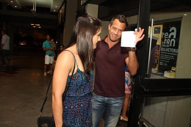 Malvino Salvador e Kyra Gracie na chegada ao teatro (Foto: Thyago Andrade / FotoRioNews)