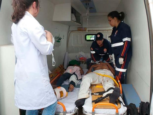 Duas das vítimas sendo atendidas pelo Samu após o acidente na BR-020, no oeste da Bahia (Foto: Edivaldo Braga/ Blogbraga)