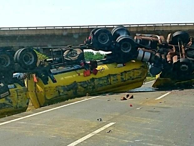 Caminhão-tanque de combustível toma e fecha rodovia de Piracicaba (Foto: Divulgação)